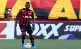 [Volante Amaral renova contrato com o Vitória e fica no clube em 2016]