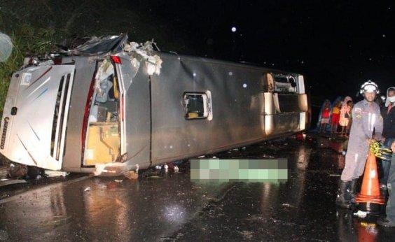 [Ônibus capota na BR 020, no oeste da Bahia, e deixa um morto e 23 feridos]