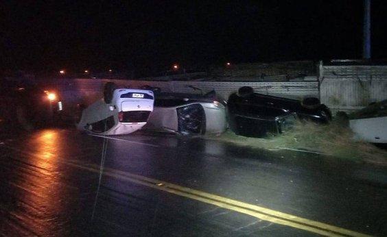 [Caminhão colide com carreta, capota carros e motorista fica ferido no oeste da Bahia]