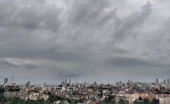 [Chuva provoca deslizamento de terra em Salvador]