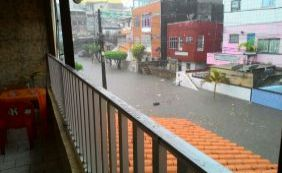 [Chuva deixa moradores ilhados no Monte Serrat; água alcança mais de 1 metro]