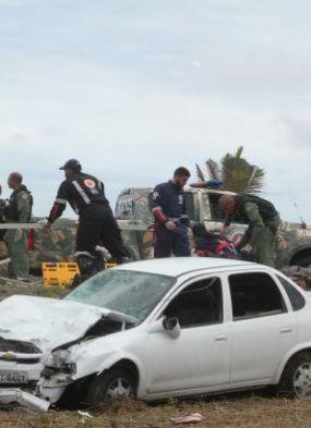 Assaltantes em fuga atropelam e matam pessoas em ponto de ônibus
