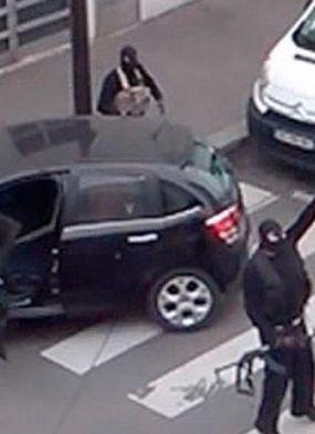 Massacre do Charlie Hebdo completa um ano; populares se reúnem em homenagem