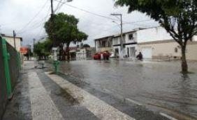 [Chuva de quase 1 hora deixa ruas alagadas em Feira de Santana]