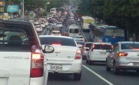 [Segunda-feira é de trânsito travado em diversas vias de Salvador ]