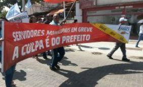 [Em greve, servidores municipais protestam na Barra]