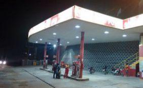 [Bandidos assaltam posto de gasolina e esfaqueiam frentista em Jaguaquara ]