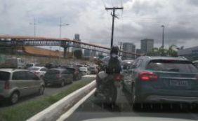 [Carro quebrado complica o trânsito na Avenida Luiz Vina Filho]