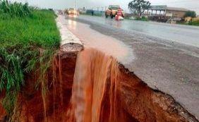 [Após forte chuva, cratera abre em asfalto da BR-020]