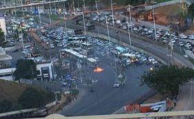 [População volta a protestar e bloqueia trânsito na Avenida Paralela]
