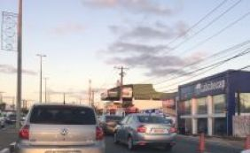 [Trânsito: motoristas enfrentam complicações na Av. Paralela e Rio Vermelho]