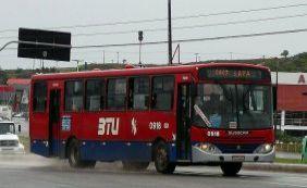 [Assaltantes fazem mulher refém durante roubo a ônibus no Rio Vermelho]