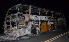 [Ônibus de turismo com 39 passageiros pega fogo próximo à Itamaraju ]
