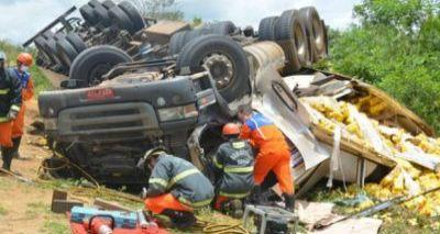 Acidente envolvendo carreta e moto deixa quatro mortos na BA-265