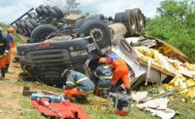 [Acidente envolvendo carreta e moto deixa quatro mortos na BA-265]