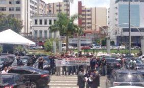 """[Em greve, agentes sócio educadores fazem manifestação: """"Não equiparou, parou""""]"""