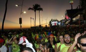 [Pôr do sol na Barra com Durval Lelys ao som de 'We Are Carnaval']