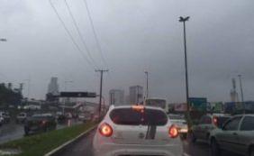 [Chuva complica trânsito nesta manhã em Salvador e BR-324]