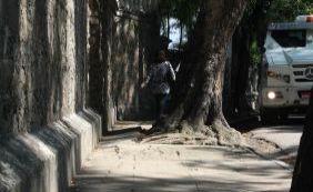 [Passeio infernal: pedestres de Salvador ainda sofrem com calçadas precárias]