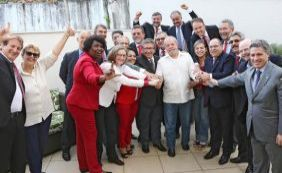 [Deputados petistas participam de ato em defesa de Lula ]