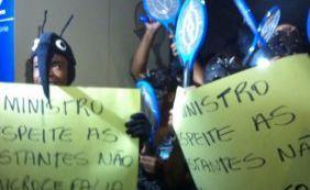 [Manifestantes se vestem de mosquito Aedes para receber ministro na Câmara]
