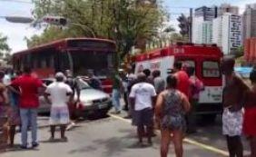 [Duas pessoas ficam feridas em colisão entre carro e ônibus na Vasco da Gama]