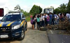 [Estudantes fecham BR-330 e cobram transporte escolar na zona rural de Ipiaú]