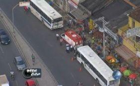 [Ao menos quatro passageiros ficaram feridos em acidente com dois ônibus ]