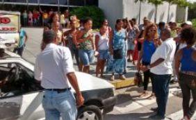 [Terceirizados da limpeza protestam contra atraso de salário no CAB ]