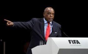 [Sul-africano Tokyo Sexwale retira candidatura a presidência da Fifa]