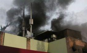 """[""""Foco é evitar que fogo se alastre"""", diz major sobre incêndio em restaurante]"""