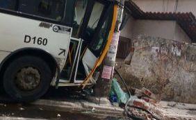 [Após mudanças no trânsito de Cajazerias, ônibus bate em poste e derruba muro]