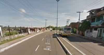 Motociclista morre e mulher fica ferida em colisão com poste no Lobato