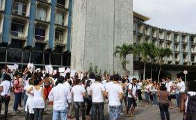 [Estudantes da Uneb fazem 5º protesto e trânsito é lento na Avenida Paralela]