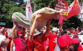 [Manifestantes fazem protesto a favor de Lula na sede da Globo no Rio de Janeiro]