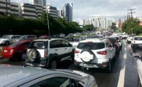 [Trânsito tem vias bloqueadas e congestionamentos nesta segunda; confira ]