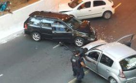 [Duas pessoas ficam feridas em colisão entre três veículos na Gamboa ]
