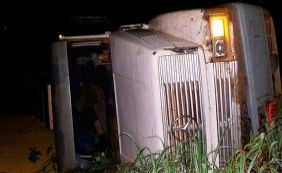 [Carreta que transportava soja tomba e deixa motorista ferido na BR-242 ]