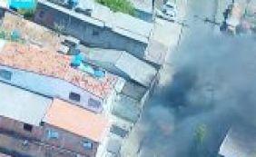 [Manifestantes queimam ônibus no bairro do IAPI nesta segunda-feira]