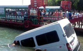[Van cai de balsa após motorista esquecer de puxar freio de mão em Porto Seguro]