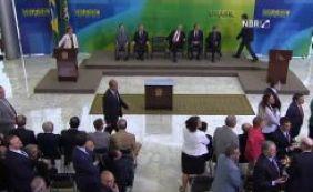 [Sob protestos, Lula toma posse como novo ministro da Casa Civil]