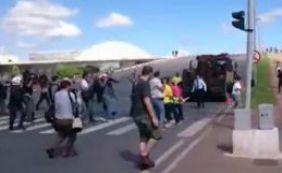 [Manifestantes contra e pró Lula brigam em frente ao Palácio do Planalto]