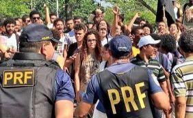 [Em protesto, estudantes e servidores da Uefs bloqueiam BR-116 nesta quinta]