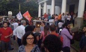 [Manifestantes fazem protesto a favor do governo na reitoria da Ufba]
