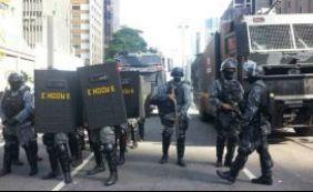[Com carros blindados, Choque retira manifestantes da Avenida Paulista]
