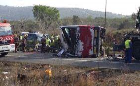 [Ônibus colide com carro após tombar e deixa ao menos 14 mortos na Espanha]