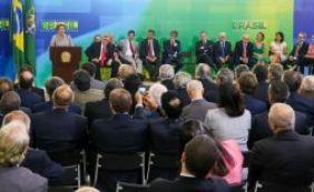 [Após reunião com juristas, Dilma volta a dizer que pedido de impeachment é golpe]