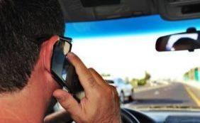 [Detran reforça fiscalização contra o uso de celular no trânsito]