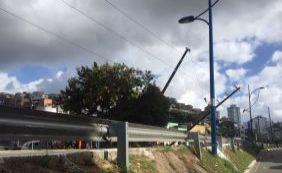 [Trânsito: via é interditada para retirada de poste atingido por ônibus ]