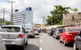 [Motorista encontra trânsito intenso na Avenida Santos Dumont]
